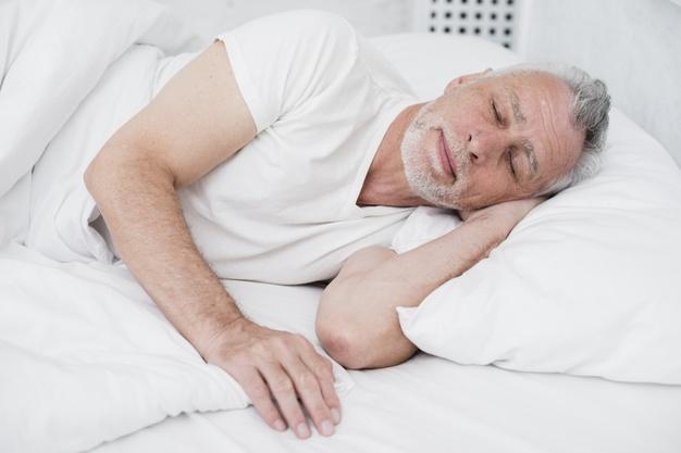 Idosos que sofrem de insônia podem tomar remédios para dormir?