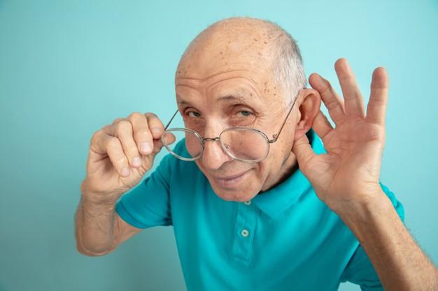 Causas da perda de audição na velhice